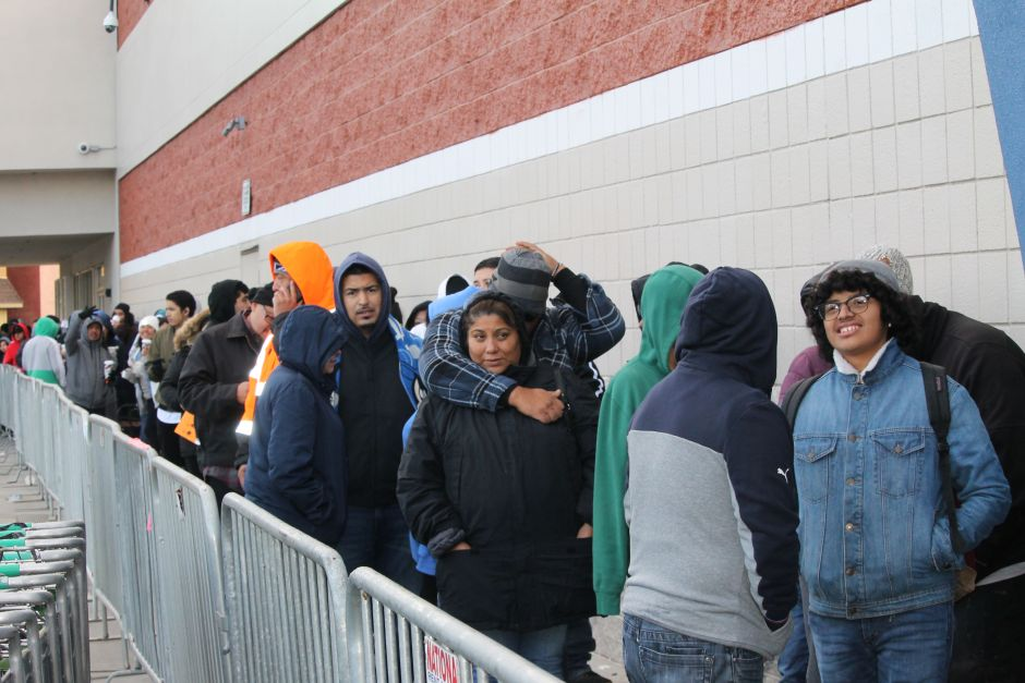Despite the cold, hundreds of angels decided to make a line from dawn to take advantage of the offers.