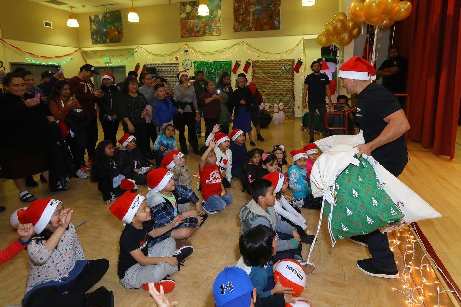 'El Piolín' delivers gifts to disadvantaged children in Los Angeles