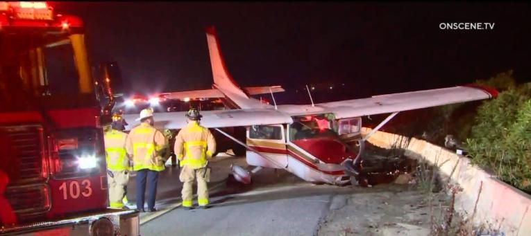 Airplane falls on Highway 5! They perform forced landing in the Los Angeles area