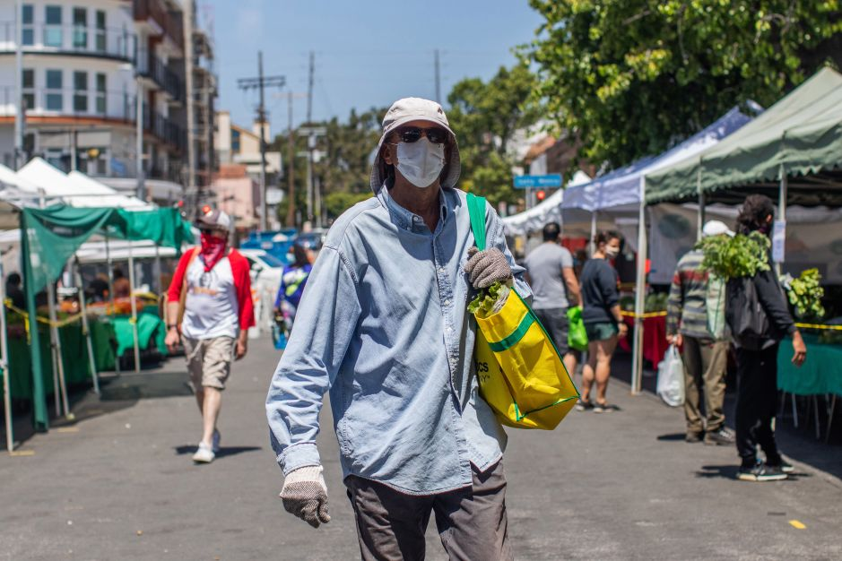Los Angeles orders everyone who leaves home to cover their faces with few exceptions